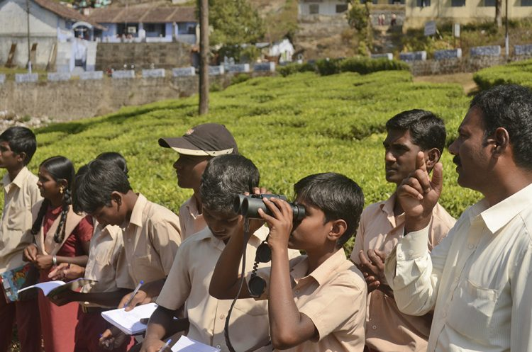 schoolchildren-birdwatching-in-valparai-tamil-nadu-photo-by-p-jeganathan